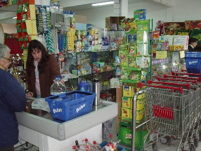 En mayo, las ventas en supermercados cayeron 13,5% y en los shoppings 18,7%