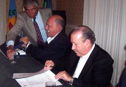 El Intendente de San Fernando, Osvaldo Amieiro, y su par de Hurlingham, Luis Acuña, firmaron un convenio por el cual San Fernando comprará medicamentos al Laboratorio Municipal de Especialidades Medicinales de Hurlingham
