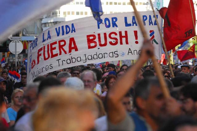 Llega Bush para reunirse con Vázquez en medio de repudios
