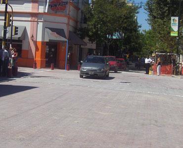 Los primeros vehículos en pasar por la flamante calle Constitución