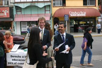 Mesas de información en la calle atendidas por el director provincial de Comercio,  Marcelo Copolla, y el titular de la OMIC San Isidro, Pablo Chamatrópulos