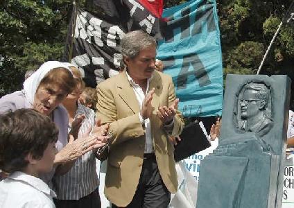 El gobernador Felipe Solá en pleno acto por los 30 años del secuestro y asesinato del periodista Rodolfo Walsh