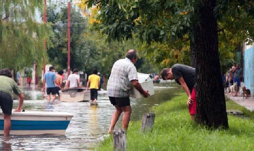 El número de evacuados en la ciudad de Santa Fe se elevó hoy a 16 mil y la municipalidad local dispuso el estado de emergencia hídrica