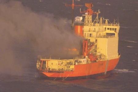 Intentan recuperar al rompehielos Irizar, incendiado en alta mar