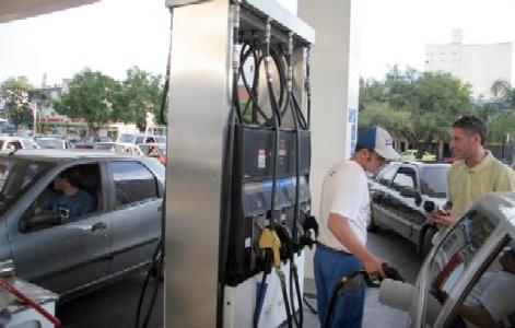 Para cargar nafta hay que pagar entre 15 y 20 centavos más