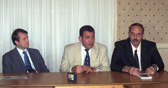En el centro, el sub Secretario de Planeamiento, Tierras y Vivienda Gustavo Aguilera, junto a funcionarios del Banco Hipotecario.