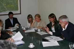 El intendente Posse junto a directivos de las empresas  y de la Fundación Hábitat y Desarrollo durante la firma del acuerdo