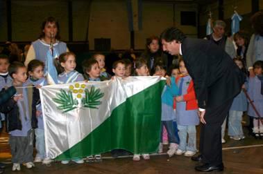 El intendente Posse presentó en sociedad la bandera de San Isidro