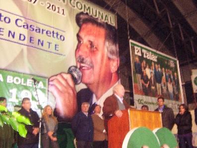 el Presidente de Accion Comunal Emilio Giménez se dirige al público, más atrás Ernesto Casaretto junto a sus colaboladores.