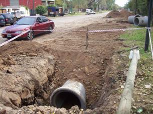 Vista del desagüe que se está construyendo para la posterior pavimentación de Camino de la Ribera Sor Camila Rolón