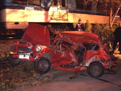 Un Tren arrolló a un auto en Tigre. (Fiat 600)