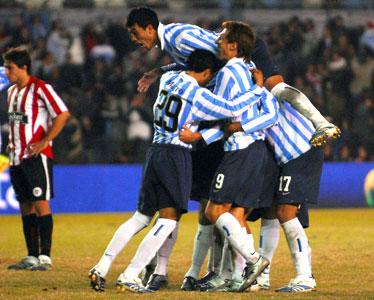 Estudiantes cayó por 2-0 ante Racing, en Avellaneda, y se despidió de la pelea por el título.