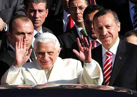 Un Hombre trata de subir al papamóvil de Benedicto XVI y lo detienen