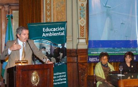 Solá habla durante la presentación del  informe de la Secretaría de Política Ambiental