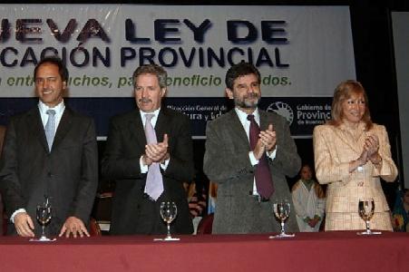 El gobernador Felipe Sola el vice presidente Daniel Scioli y el ministro de educación Daniel Filmus presentaron el proyecto de la nueva ley de educación se la provincia