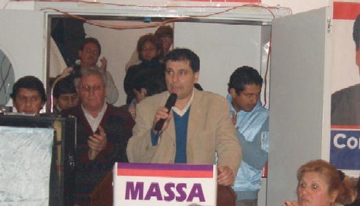 Daniel Gambino se presentó ante vecinos de Pacheco en el club Unión Vecinal Pacheco Sur