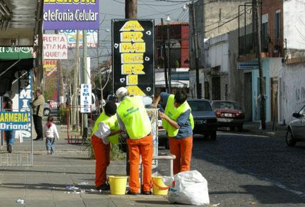 Campaña de limpieza del mobiliario urbano en San Fernando