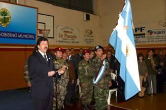 El Dr. Posse tomando la promesa a la Bandera a los alumnos en el Club Social Beccar