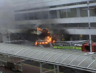 Un coche en llamas explota en un acceso del aeropuerto de Glasgow