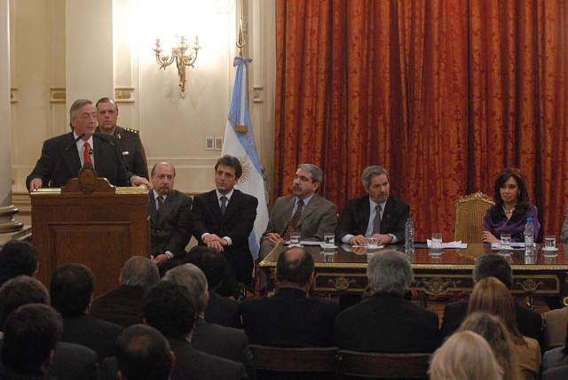 Kirchner durante un acto en la Casa de Gobierno, en el que se anunciaron obras en el hospital, rutas y calles en la localidad bonaerense de Tigre, que demandará una inversión de alrededor de 180 millones de pesos.