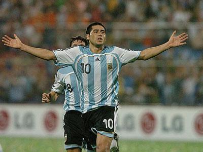 Riquelme festeja su gol ante Colombia