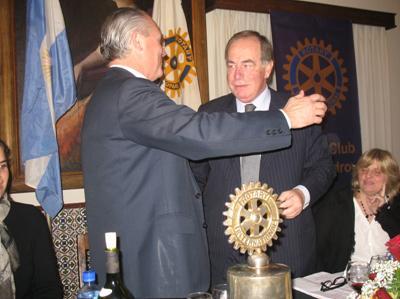 Cambio de autoridades: El nuevo titular del Rotary, Alberto Frola (der), recibe el abrazo del presidente saliente Clemente Martínez.
