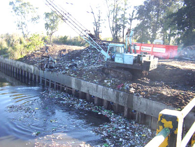 Limpieza de residuos flotantes en cursos de agua de Tigre