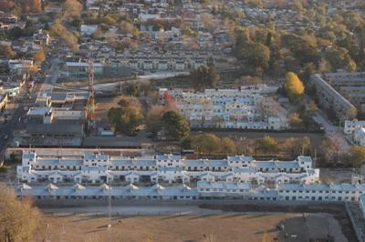 Vista aérea de las viviendas que se construyen en terrenos que ocupaban El Lazo, el Hípico del Norte y, al fondo, en La Cava
