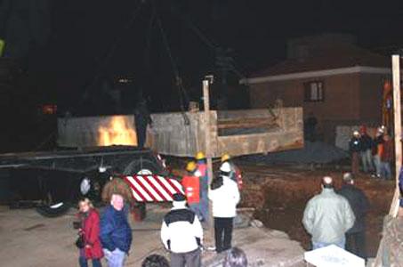 Con el auxilio de grúas de gran porte se efectuó la colocación del pesado puente de hormigón
