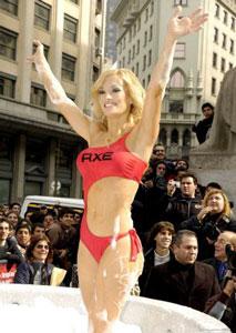 Claudia Albertario se bañó en un jacuzzi en Diagonal Norte y Florida