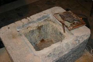 El intendente Posse y el obispo Casaretto retiran de la piedra basal la caja con el legado de 112 años