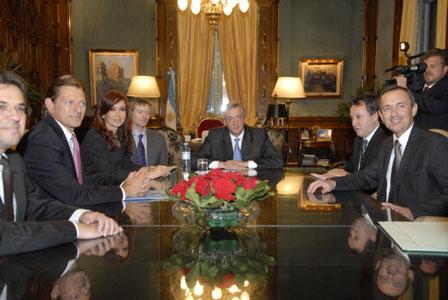 El presidente Nestor Kirchner, junto a la senadora Cristina Fernandez de Kirchner y el ministro de Econimia, Miguel Peirano, se reunieron hoy con directivos de la empresa Ford