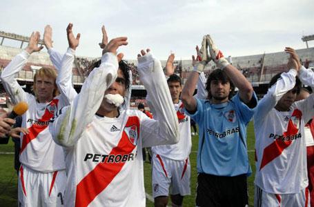 River Plate consiguió hoy su primer triunfo en el torneo Apertura de fútbol de primera división al vencer, de local, a Estudiantes de La Plata