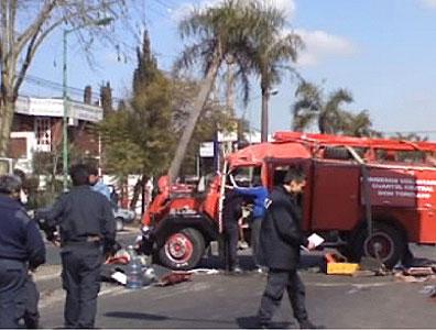 Una autobomba perteneciente al cuartel de Bomberos de Don Torcuato, que éste mediodía se dirigía a un incendio, quedó totalmente destruida al volcarse y dar vuelta sobre su mismo eje