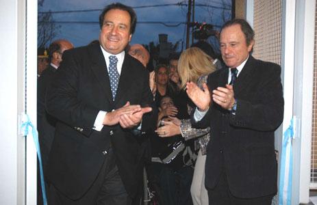 El ministro de Seguridad de la provincia de Buenos Aires, León Arslanián, junto al intendente municipal Enrique García