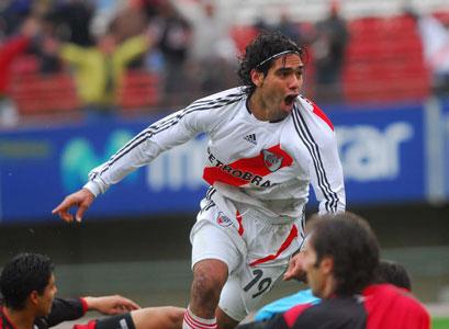 Radamel Falcao García festeja su gol, el segundo de su equipo, River Plate en el partido postergado de la segunda fecha del Apertura 2007