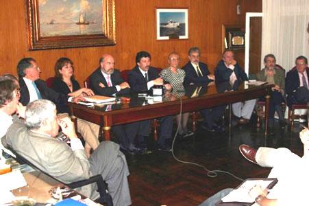 Rodeado por los titulares de las entidades vecinales y concejales, el intendente Posse expresó la inquietud que ha generado el revalúo inmobiliario practicado por la provincia en San Isidro