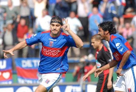 Lazzaro festeja su segundo gol ante Newells
