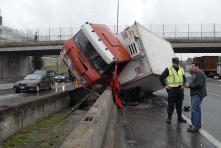 Dos heridos tras choque de camiones en Vicente López