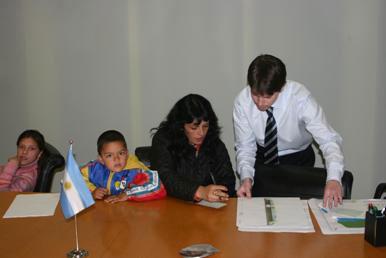 Graciela Noemí Volpi, firma la escriturade la casa propia, asegurando un futuro mejor para sus hijos