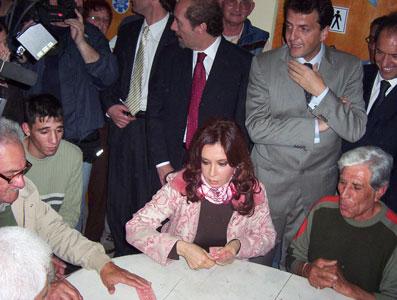 Cristina jugó al truco con jubilados de  Tigre