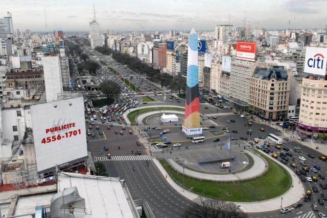 El Obelisco se engalanó con las banderas de Argentina y Alemania