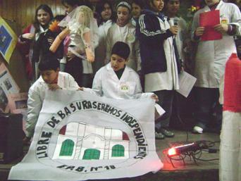 Los alumnos de la Escuela Nº 18 de Boulogne, presentando su proyecto ante el jurado