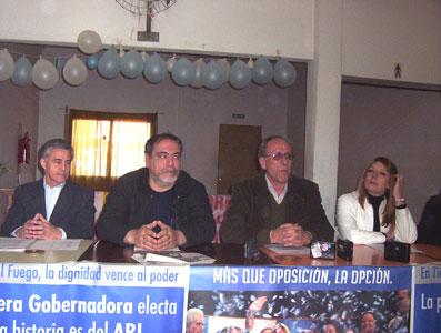 Mario Fabris, rodeado por a Luís Cancelo y la candidata a Diputada provincial Liliana Piani