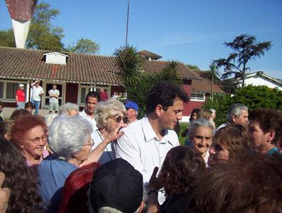 Sergio Massa rodeado por sus Fans (los jubilados mostraron su agradecimineto en todo momento)