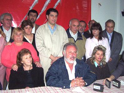 El delegado municipal de Rincón de Milberg y referente de Acción Comunal de Tigre, Ricardo Cazachkoff, anunció su renuncia junto a sus dos principales colaboradoras y su  paso al Frente para la Victoria