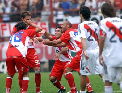 Argentinos golea a River y lo destroza de cara al súperclásico