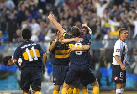 Boca vence a San Lorenzo y se mantiene a tiro de la punta