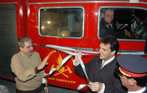 Sergio Massa y Anibal Fernández entregaron autobomba a los bomberos de Don Torcuato