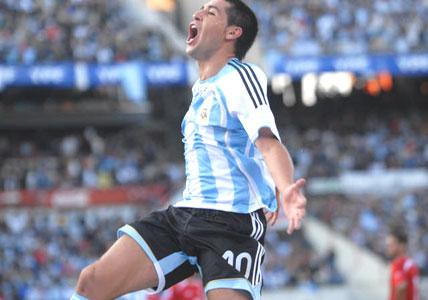 Argentina logra inobjetable triunfo con la magia de Riquelme.